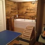 Autre angle, fond de la pièce avec bain adapté et marches.
