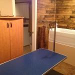 Table hydraulique, bain adapté et accessoires.